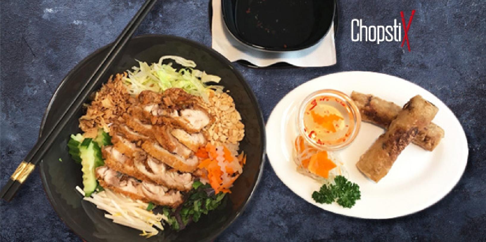 Jarní závitky a kuřecí maso s rýžovými nudlemi